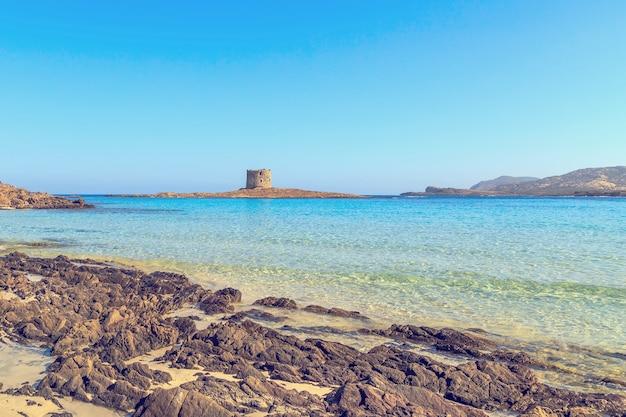Widok na plażę la pelosa, jedną z najpiękniejszych plaż
