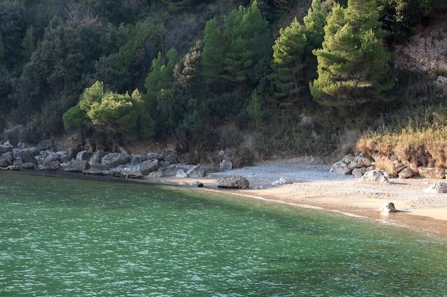 Widok na plażę pebbles w scauri we włoszech.