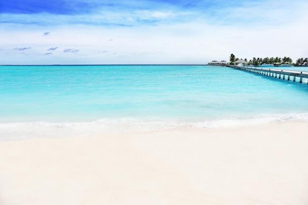 Widok na plażę w kurorcie w letni dzień