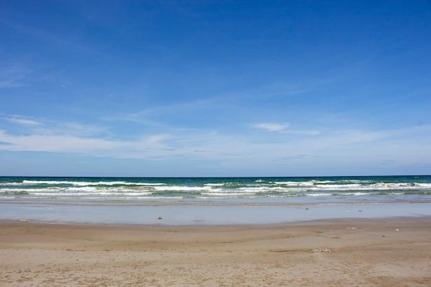 Widok na plażę z błękitnym niebem i białym tłem chmur w pattaya, tajlandia.