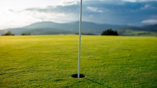 Widok na pole golfowe w górach