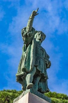 Widok na pomnik krzysztofa kolumba w rapallo we włoszech