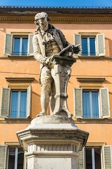Widok na pomnik luigiego galvaniego w bolonii we włoszech. statuę wykonał adalberto cencetti w 1879 roku