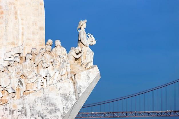 Widok na pomnik padrao dos descobrimentos w lizbonie w portugalii