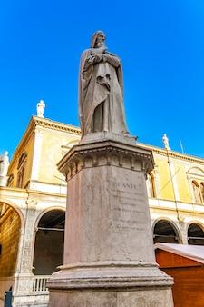 Widok na pomnik poety dante alighieri w piazza dei signori w weronie, włochy