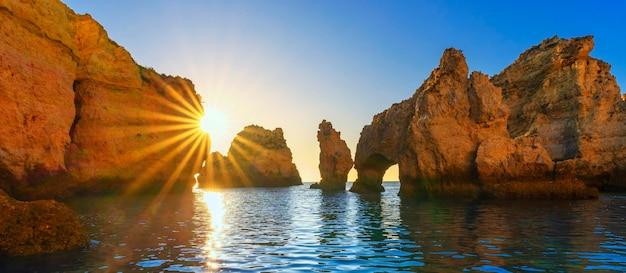 Widok na ponta da piedade o wschodzie słońca, algarve, portugalia