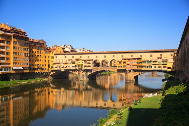 Widok na ponte vecchio we florencji
