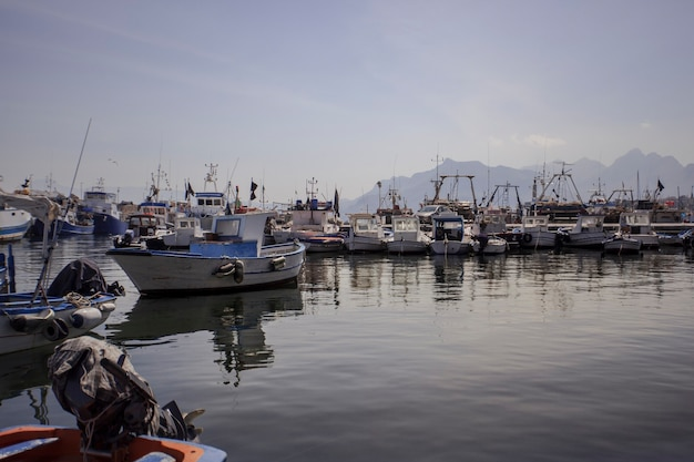 Widok na port bagnera w miejscowości porticello koło palermo na sycylii