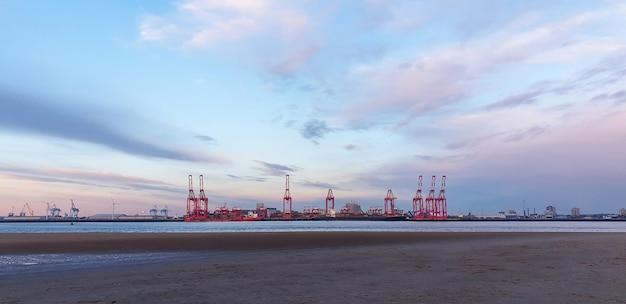 Widok na port morski w liverpoolu o zachodzie słońca, dźwigi do załadunku towarów na statki, wielka brytania