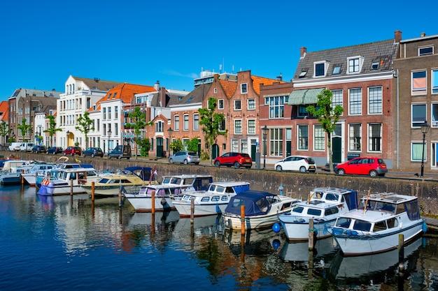 Widok na port w delfshaven rotterdam, holandia