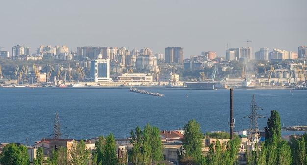 Widok na port w odessie od strony morza