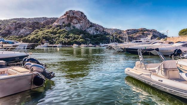 Widok na port z luksusowymi jachtami poltu quatu, sardynia, włochy