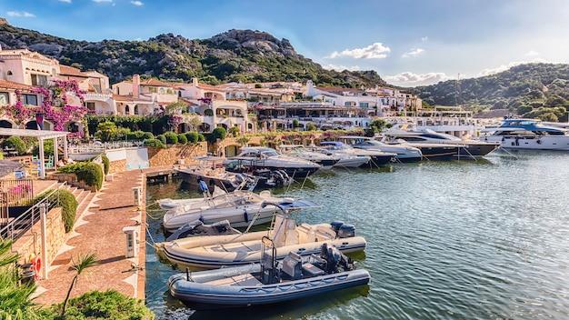 Widok na port z luksusowymi jachtami poltu quatu