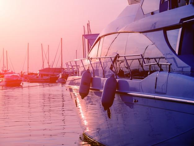 Widok na port ze szczegółami jachtów. piękny zmierzchu niebo w marina zatoce.