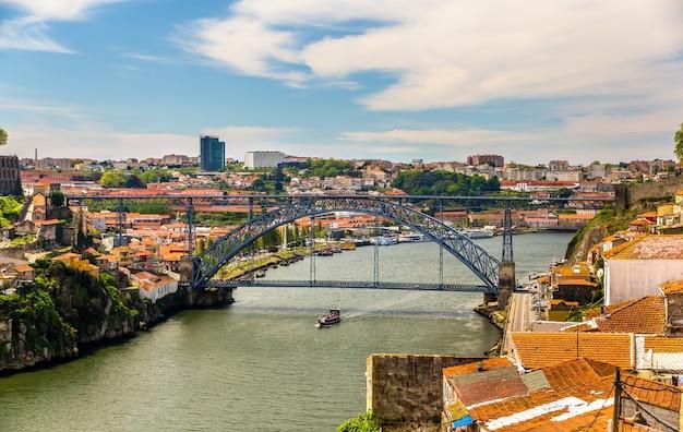 Widok na porto z mostem dom luis - portugalia