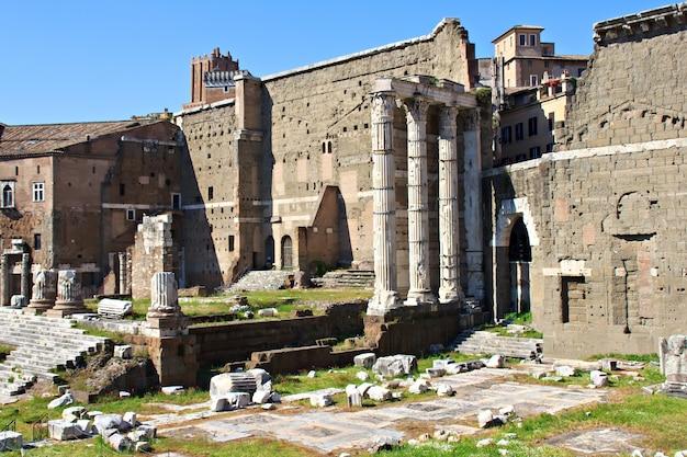Widok na pozostałości słynnego forum romanum w rzymie, włochy