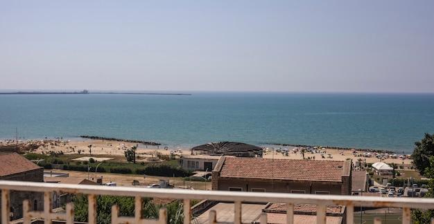 Widok na promenadę i wioskę gela na sycylii w słoneczny letni dzień