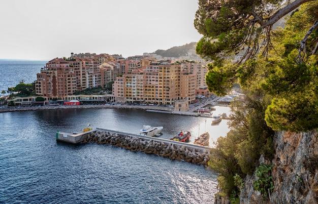 Widok na przystań i luksusowe domy w bogatym europejskim mieście na lazurowym wybrzeżu.