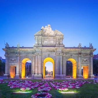 Widok na puerta de alcala o zachodzie słońca, madryt, hiszpania