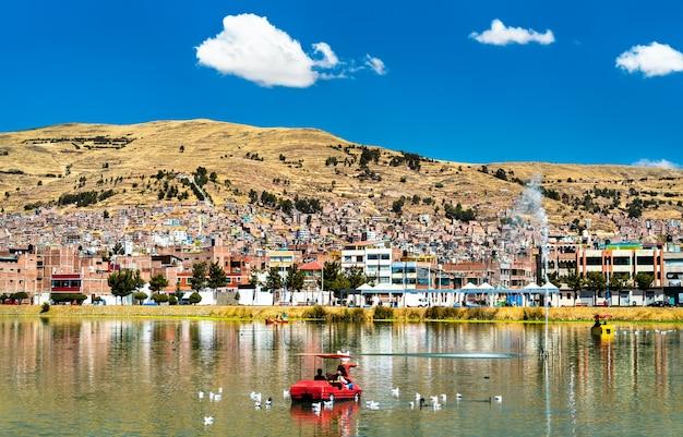 Widok na puno z jeziora titicaca w peru