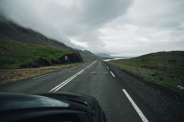 Widok na pustą islandzką drogę z wnętrza samochodu