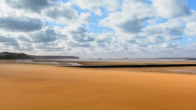 Widok na pustą plażę podczas odpływu w normandii we francji