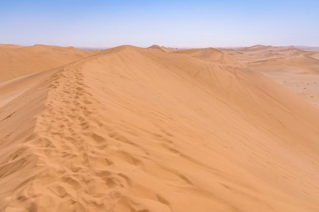 Widok na pustynię namib z diuny 7 w pobliżu swakopmund w namibii w afryce.