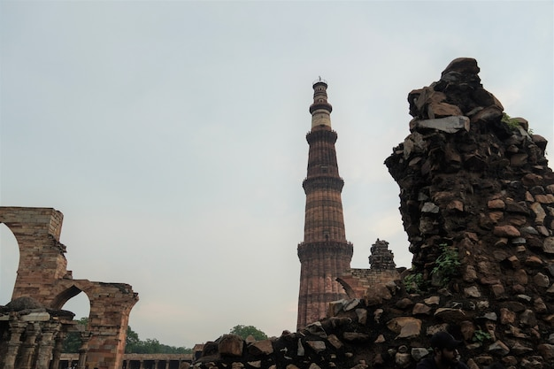 Widok na qutub minar- qutab minar road, delhi image -zdjęcie z podróży