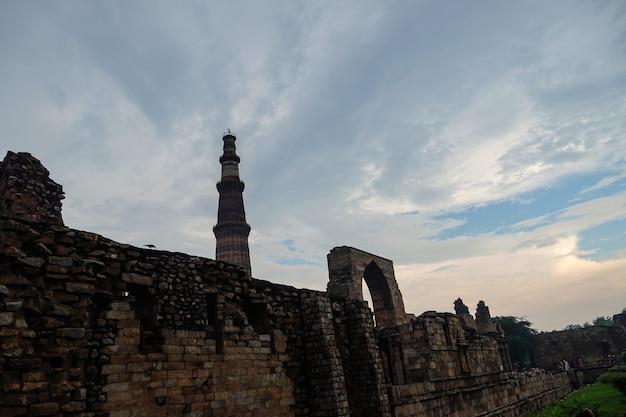Widok na qutub minar- qutab minar road, obraz delhi