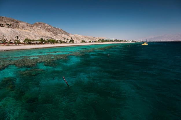 Widok na rafę koralową i plażę, morze czerwone