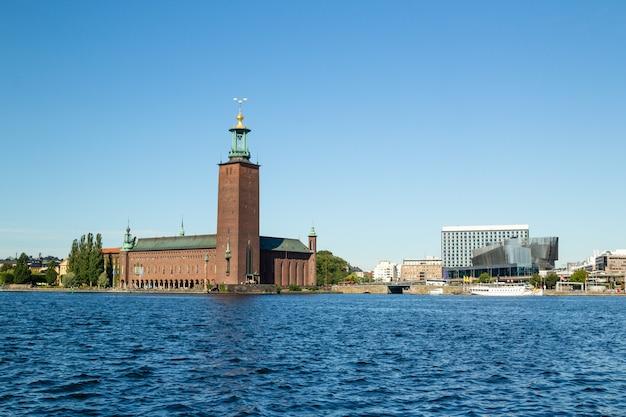 Widok na ratusz w sztokholmie od strony morza