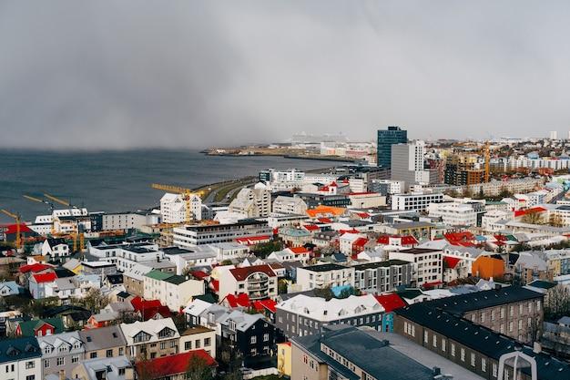 Widok na reykjaviku z chmurami