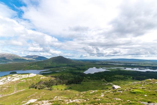 Widok na rezerwat przyrody derryclare ze szczytu góry derryclare.