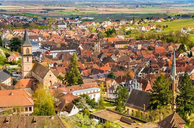Widok na ribeauville, tradycyjną wioskę w alzacji we francji