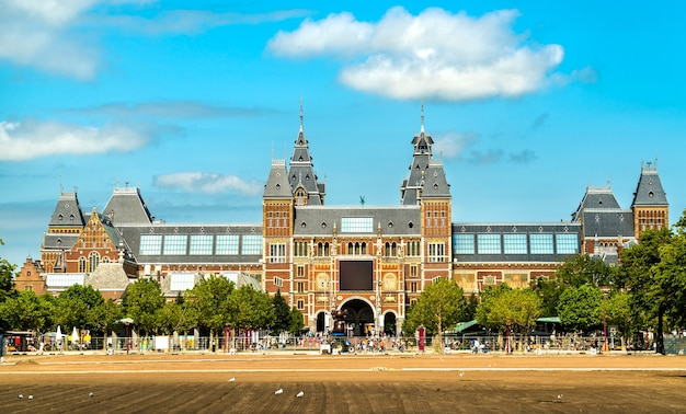 Widok na rijksmuseum w amsterdamie w holandii