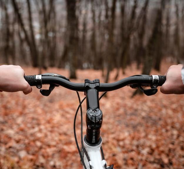 Widok na rower górski od rowerzysty