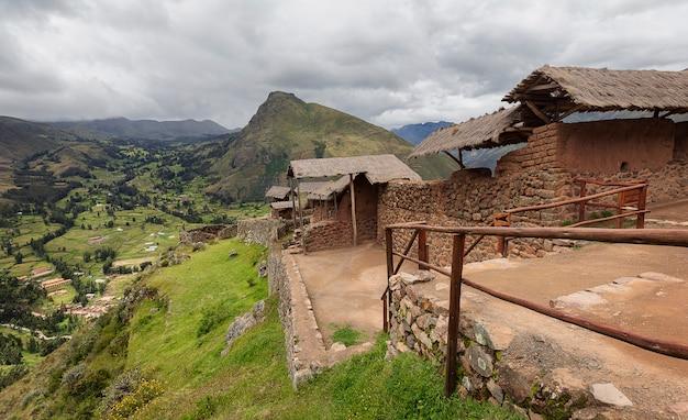 Widok na ruiny starożytnej wioski inków. pisac. cusco. peru. andy