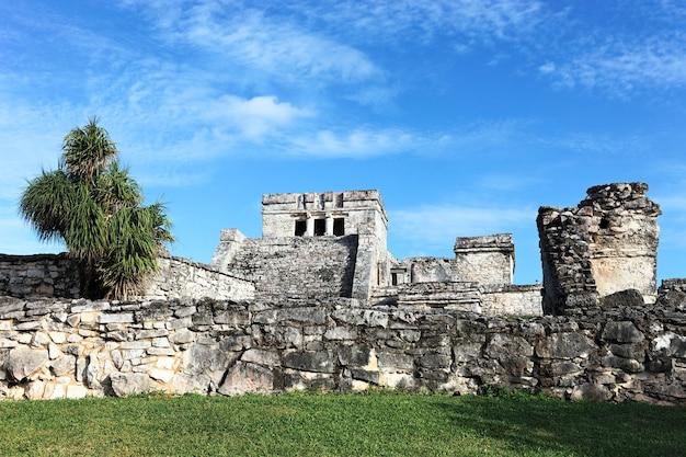 Widok na ruiny tulum w meksyku z błękitnym niebem