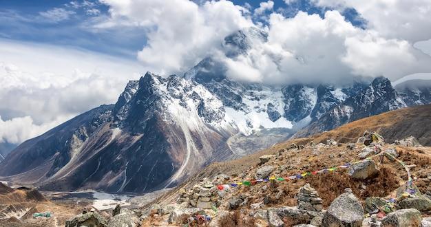 Widok na rytualne piramidy i góry. sagarmatha park, route to everest camp. nepal