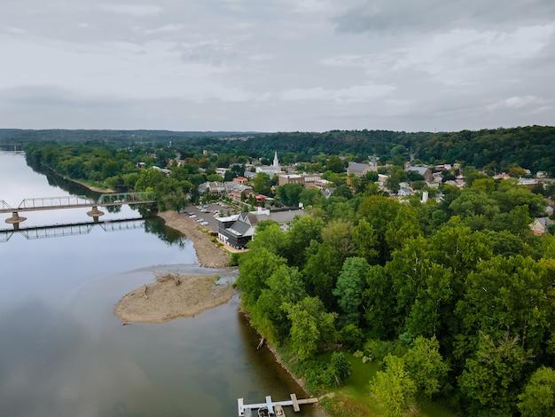 Widok na rzekę delaware, most nad historycznym miastem new hope pennsylvania i lambertville new jersey usa