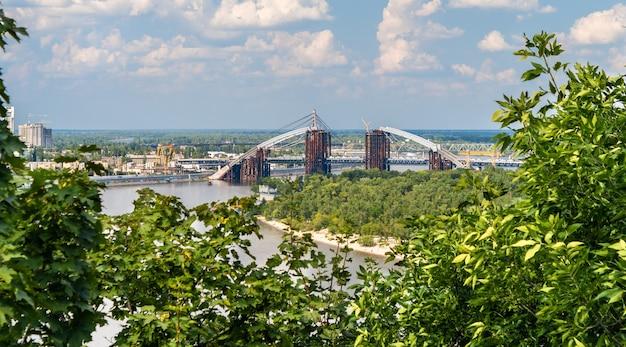 Widok na rzekę dniepr z mostem w budowie w kijowie