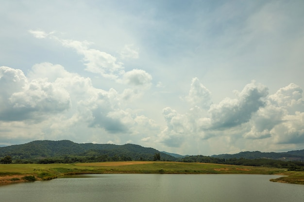 Widok na rzekę krajobrazową to piękna rzeka przyrody w tajlandii?