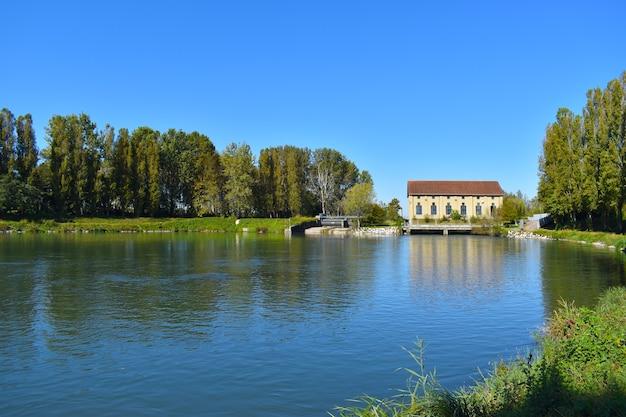 Widok na rzekę na wsi