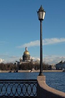 Widok na rzekę newę i katedrę św. izaaka w rosji w sankt petersburgu