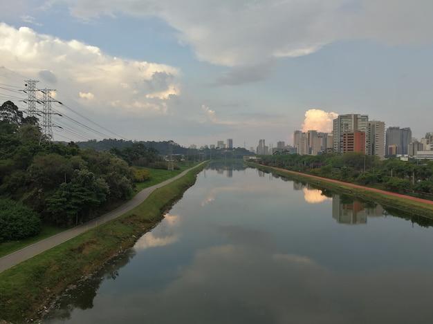 Widok na rzekę pinheiros i ścieżki rowerowe w sao paulo.