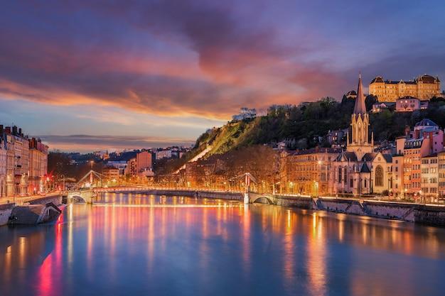Widok na rzekę saone w mieście lyon wieczorem, francja