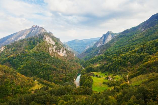 Widok na rzekę tara z mostu łukowego djurdjevic w czarnogórze i europejskie krajobrazy górskie