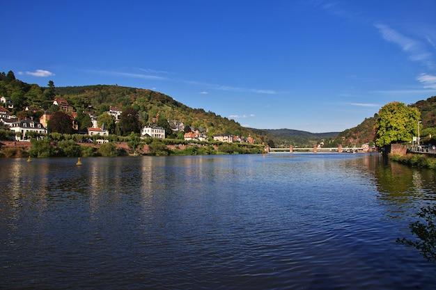 Widok na rzekę w heidelberg, niemcy