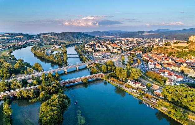 Widok na rzekę wag w trencin, słowacja.