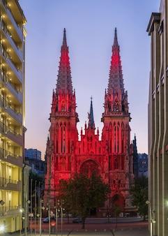 Widok na rzymskokatolicką katedrę św. mikołaja z pięknym oświetleniem i przed wschodem słońca